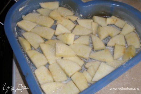 Форму для выпечки смазать сливочным маслом и посыпать сахаром. Яблоко очистить от кожуры, порезать на тонкие ломтики. Выложить яблоко на форму и посыпать сахаром.