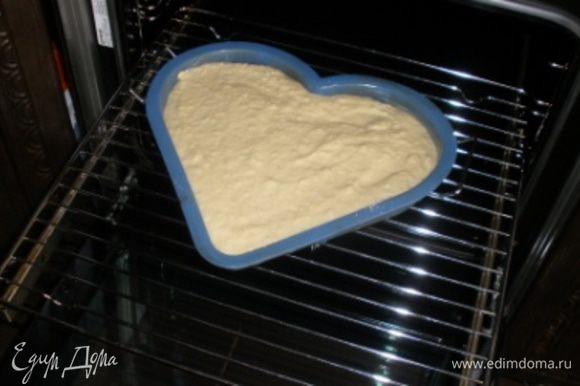 На яблоки выложить тесто и поставить в духовку на 30-35 мин.