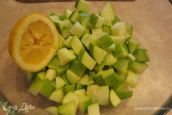 Чтобы яблоки не потемнели - сбрызните их соком половины лимона.