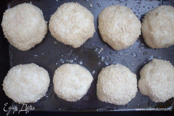 Обмакиваем колобок сначала в яйце, затем в кунжуте и выкладываем на смазанный маслом противень.