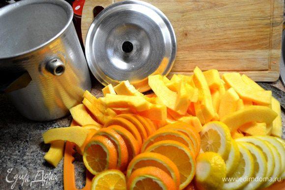 Тыкву нарезаем полу кольцами,апельсины и лимоны кольцами.В кастрюльку-пароварку(в которой все соки сохраняются)укладываем приготовленные ингредиенты слоями и каждый слой посыпаем сах.песком.