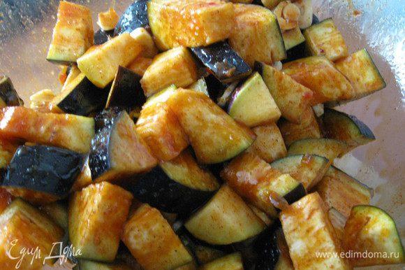 Выкладываем баклажаны в миску с соусом и хорошенько перемешиваем руками.