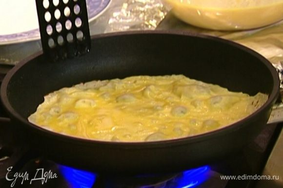 Сковороду смазать оливковым маслом, разогреть и выпекать блины по 1 минуте с каждой стороны.