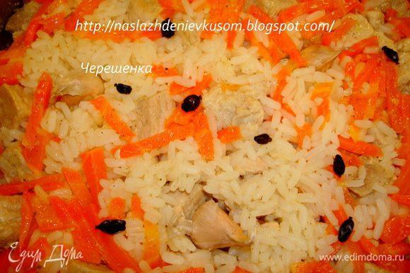 После того, как 30 минут прошли, барбирис и чеснок просто втыкаем в рис, при том чеснок отрезанной частью вниз… Огонь не выключаем…