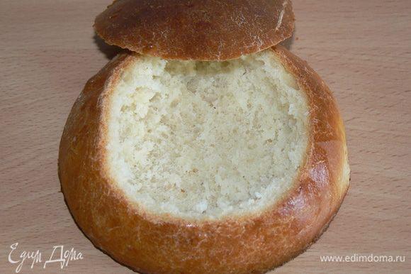 острым ножом срежьте верхушку булочки, выньте мякоть . В такой чашке можно подать густой суп и или рагу - и съесть их вместе с чашкой