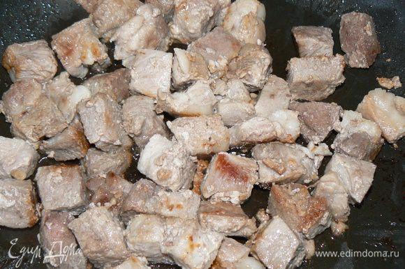Нарезать мясо на небольшие кусочки. Обжарить на растительном масле в до образования румяной корочки. Приправить солью,перцем .