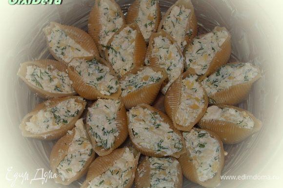 Начинка: Творог+брынза+яйцо+укроп - смешать. Начинкой заполнить конкильони. Конкильони выкладываем в смазанную сливочным маслом форму.