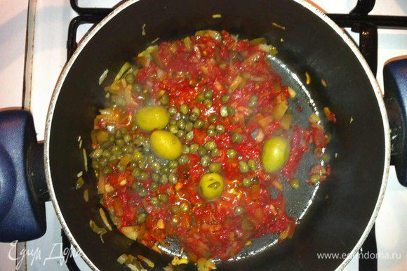 Раздавить дольку чеснока и обжарить в оливковом масле.Убрать чеснок, обжарить лук до прозрачности, добавить соленые огурцы и тушить 5 минут. Затем добавить томатную пасту и тушить еще 3 минуты.