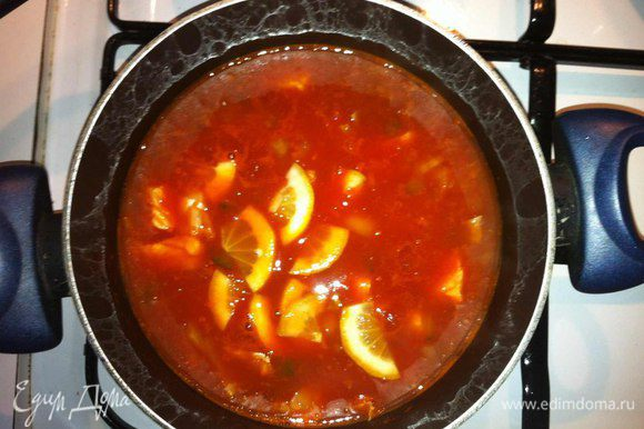 Добавить все остальные ингредиенты, залить кипящей водой и оставить на медленном огне настаиваться около 15-20 минут.