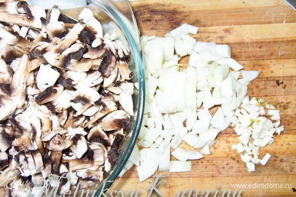 Нарезать грибы на средние кусочки, мелко порубить лук, чеснок.