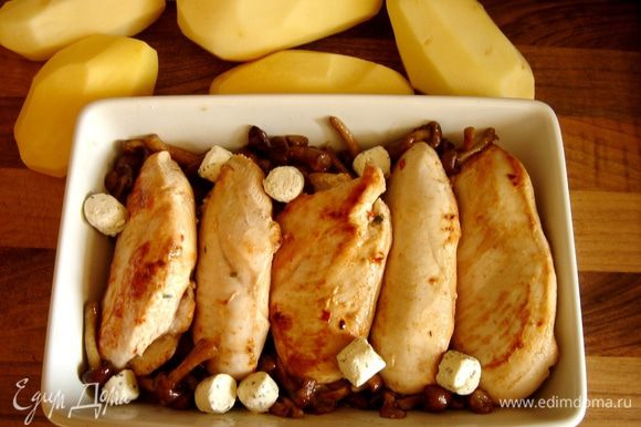 Переложить филе и грибы в жаропрочную форму,добавить сыр и пластины чеснока.Залить смесью сливок и вина.Посолить.Запекать в духовке при 180*С около 20 минут.