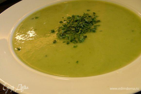 Превращаем суп в пюре, при желании добавляем молоко или сливки до нужной консистенции, солим, перчим по вкусу. Прогреваем суп и подаем, украсив зеленью по вкусу. Приятного аппетита))