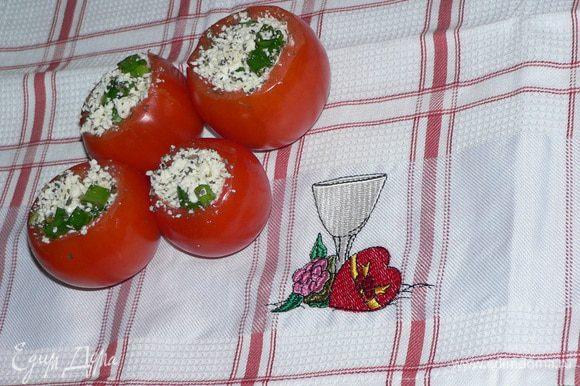 К брынзе добавить лук и базилик, хорошо перемешать. Можно, по желанию, заправить оливковым маслом и подсолить, если брынза не очень солёная. Помидоры наполнить этой начинкой. Подавать на листьях салата, украсив зеленью.