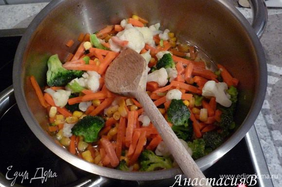 Если семга замороженая - разморозить. В это время приготовить овощи согласно инструкции на упаковке.