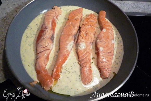 Приправить сливочный соус травами, добавить лимонный сок, соль, перец. Добавить соус к семге и томить 8-10 минут.