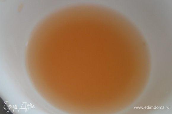Из другой половины выжать сок, добавить к нему выделившийся сок при нарезке.