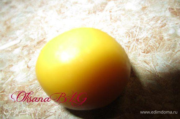 Курочки или цыплята. Из желтой мастики сформировать основу для курочки.