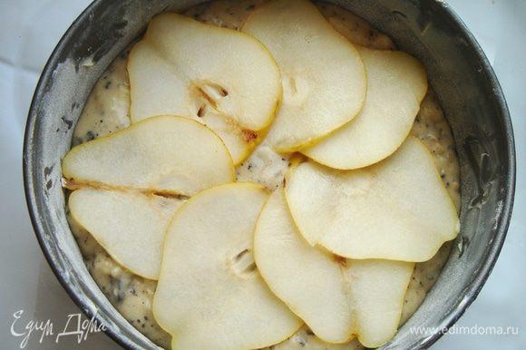 Тесто выложить в разъёмную форму для выпечки,застеленную пергаментом или смазанную маслом.На тесто по кругу выложить грушевые пластинки.