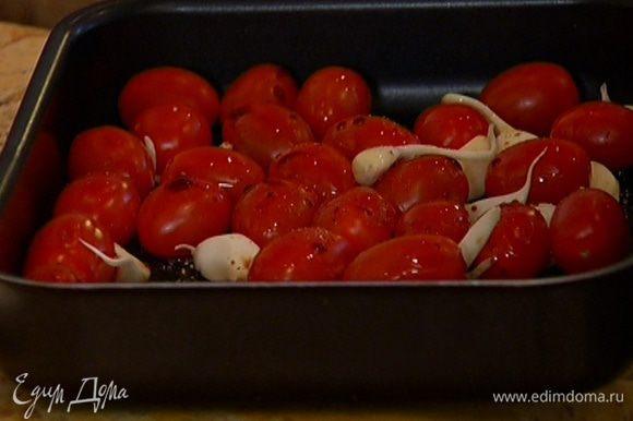 Чеснок почистить (молодой можно не чистить), добавить к помидорам, сбрызнуть все 1 ст. ложкой оливкового масла и бальзамическим уксусом, перемешать и отправить в разогретую духовку на 15–20 минут.