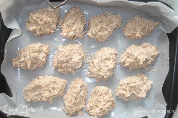 В форму для запекания выложить пергамент, смазать оливковым маслом. Сформировать пирожные и аккуратно выложить в форму. Пирожные запекать в духовке при небольшой температуре 25-30 мин.