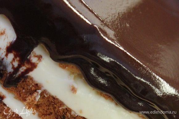 Залить глазурью верхний корж и бока торта. Торт готов!...ему не нужно времени пропитываться и настаиваться, подавать и резать можно сразу, ну, если только дать глазури чуть схватиться) отличный быстрый вариант!..:)