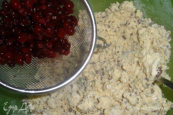 Тесто хорошо вымесить постепенно добавить к нему ягоды и шоколад.