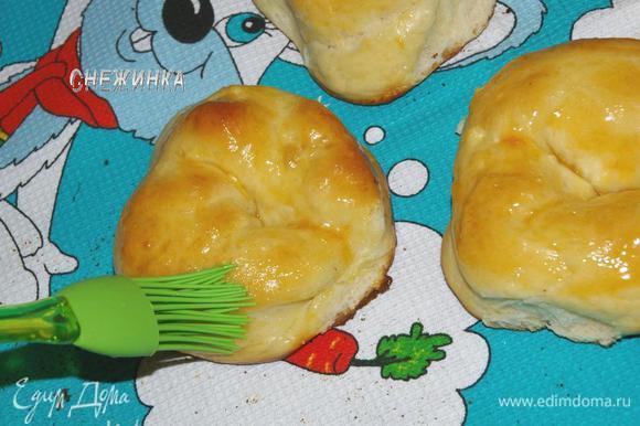 Выпекаем 15-20 минут при 180С. Ориентируйтесь по своей духовке, когда булочки станут слегка золотистыми, они готовы. Готовые булочки пока они еще горячие смазываем абрикосовым джемом или вареньем. Если варенье слишком густое, немного прогрейте его.