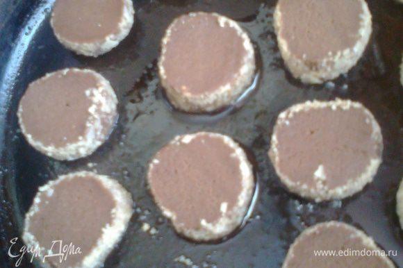 Отправляем первую партию печенья в разогретую до 180*духовку на 12-13 минут.Моя духовка плохо печёт верх,поэтому я ещё перевернула печеньки на пару минут...