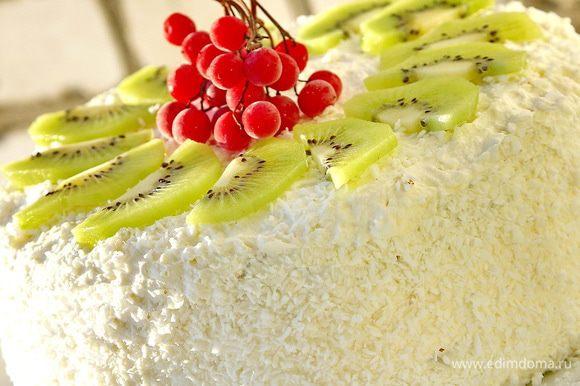 Уже перед самой подачей торта к столу украсить его киви или другими фруктами.