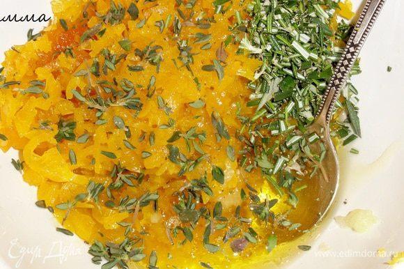 Добавьте к ним мед, сок лимона, оливкового масла, тертый имбирь, измельченный розмарин и листики тимьяна. Все тщательно перемешайте.