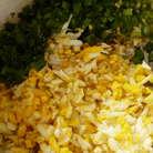 Сначала приготовим начинку.Яйца сварить и натереть на крупной терке или нарезать кубиком.Добавить измельченную зелень.На сковородке растопить столовую ложку сливочного масла,добавить к нему столовую ложку растительного масла,перемешать и добавить к яйцам и зелени.Поперчить,посолить и перемешать.