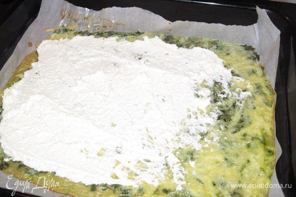 Вынуть и чуть остудить омлет из духовки и распределить по нему творог.Поставить опять в духовку на 10-15 мин.(следить за краями первого слоя,чтоб не подгорели).