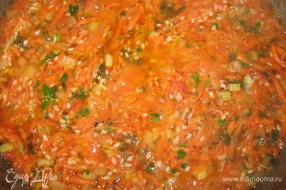 Лук мелко нарезать, морковку натереть на крупной терке, сельдерей и перец мелко нарезать. Обжарить на ароматном масле лук, когда он обжарится к нему добавить морковку, сельдерей и перец. Продолжать обжаривать. Посолить, поперчить и добавить сахар. Потом добавить нарезанную зелень,томатный сок и рис.