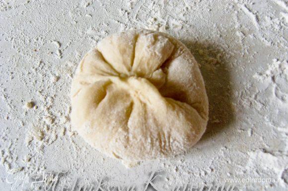 """Закрепить булочку """"в мешочек"""", перевернуть гладкой стороной вверх и выложить на противень, выстеленный пекарской бумагой и смазанный сливочным маслом. Таким образом, сформировать все булочки."""