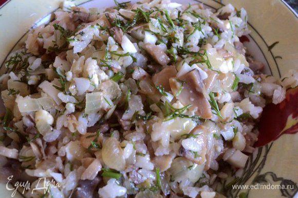 Отварить яйцо, почистить и мелко порезать. Смещать грибы, отваренный рис и рубленные яйца, перемешать, посолить по вкусу, я добавила немного мелко порезанного укропа.