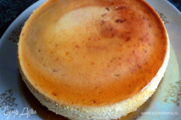Затем опускаем форму с тортом в горячую воду, чтобы карамель слегка подтаяла и, накрыв тарелкой, переворачиваем торт. На дне формы может остаться растворенная карамель, ее можно подлить под торт.