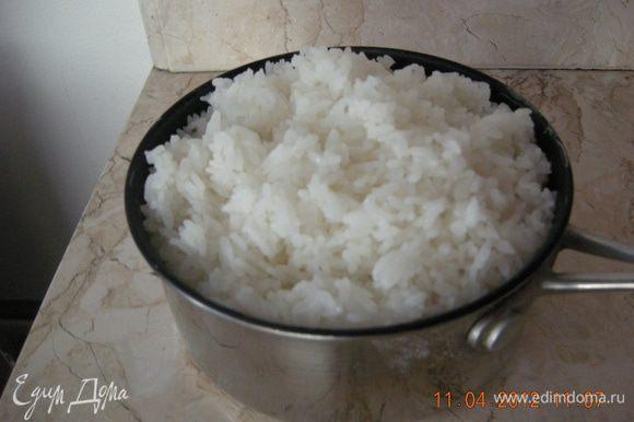 Рис промыли тщательно, и отварили согласно инструкции на упаковке. У меня был японский рис, который надо было замочить на 30 минут.