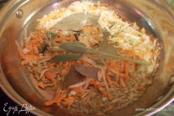 Обжарить на хорошо разогретом масле в сотейнике свинину до легкой золотистой корочки, затем выложить ее под крышку, и обжарить все овощи, добавить лавровый лист, шалфей (его аромат очень украшает блюда из свинины)