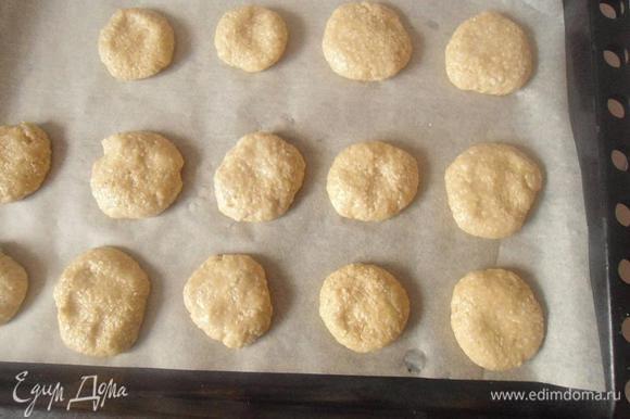 Лист выстелить бумагой для выпечки,и сформировав руками небольшие печеньки, выпекать в разогретой до 130гр.духовке, 10-12 минут(через 10 они уже подрумяниваются хорошо)Подавать с молоком или йогуртом,или с чаем,как любите.Угощайтесь!