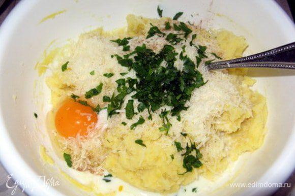 Отварить 3 яйца.Отварить картофель,лучше в мундире.Очистить картофель и пюрировать его.Добавить в пюре сливочное масло, 4 сырых яйца, молоко,тёртый сыр, щепотку мускатного ореха и соли, мелко рубленную петрушку.