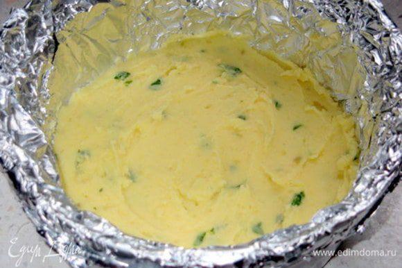 Приготовить форму для выпечки.Я делала маленький гато и использовала форму 17 см в диаметре и, чтобы легче было вытащить гато, накрыла её фольгой.Присыпать дно панировочными сухарями.Выложить слой картофельного пюре.