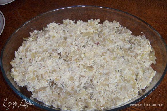 Вторую часть лука смешать с натертыми на мелкой терке яйцами. И выложить слоем на лук.