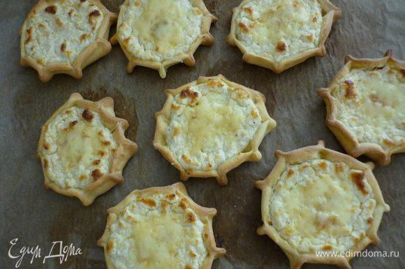 Выложить на бумагу для выпечки и выпекать при 180 гр. в течении 30 минут. По желанию, можно присыпать пирожки натёртым твёрдым сыром и поставить в духовку ещё на пару минут.