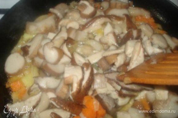 Грибы порезать на кусочки и добавить к овощам и продолжить тушить еще 10 минут.