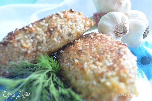 Приготовление: Филе морского языка и хека, фенхель и лук пропустить через мясорубку. Семгу нарезать на небольшие брусочки 2*4 . В фарш добавить замоченный хлеб, яйцо и специи, вымещать. Из фарша делать лепешку, положить кусочек семги в середину, накрыть второй лепешкой и запанировать кунжутом. Обжарить на оливковом масле. Сложить на противень и запекать в разогретой до 200 градусов духовке 15 минут. МИР ВАМ!