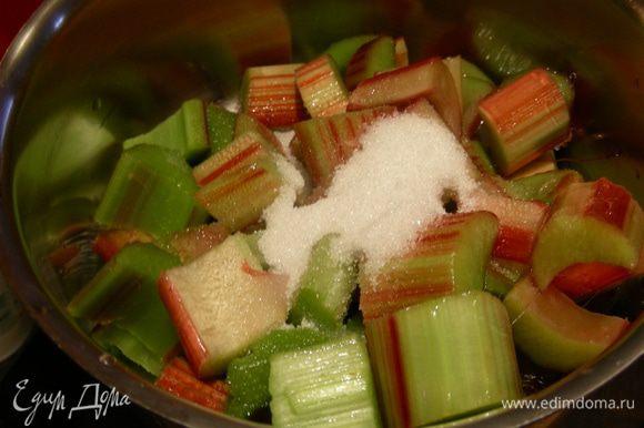 Затем выкладываем его в небольшую кастрюльку, добавляем остальной сахар и готовим минут 10 до мягкости.