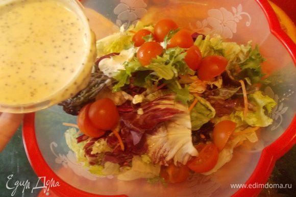 морковь натереть,черри порезать на половинки,листья салатов промыть и обсушить крупно нарвать руками.