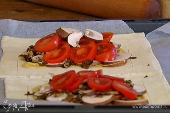 Центр каждого тарта смазать горчицей (бортики не смазывать!) и разложить сверху половину нарезанных шампиньонов, лесные грибы и кружки помидоров, а затем оставшиеся шампиньоны.
