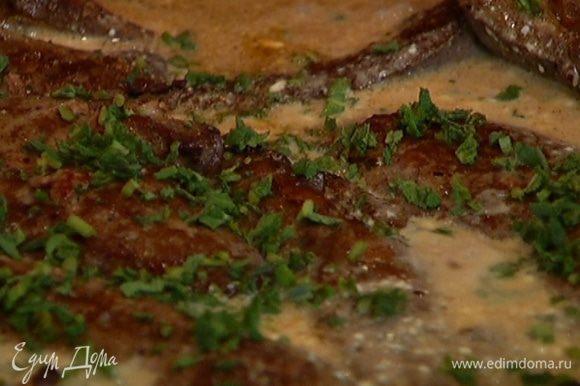 Выложить печень в сковороду с винным соусом, посыпать шалфеем и прогревать 3–5 минут.