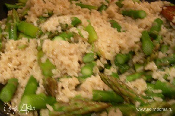 В рис добавляем 30 г масла, спаржу, немного пармезана. Все перемешиваем и прогреваем.